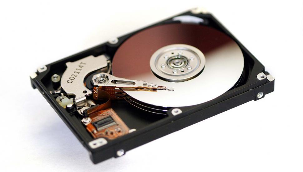 Почему результат тестирования скорости диска в ноутбуке может быть лучше, чем у промышленного сервера в облаке?